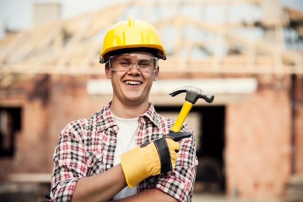 Trabalhador da construção civil com martelo Foto gratuita
