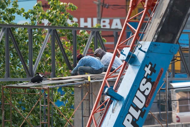 Trabalhador da construção civil de pessoas no canteiro de obras Foto Premium