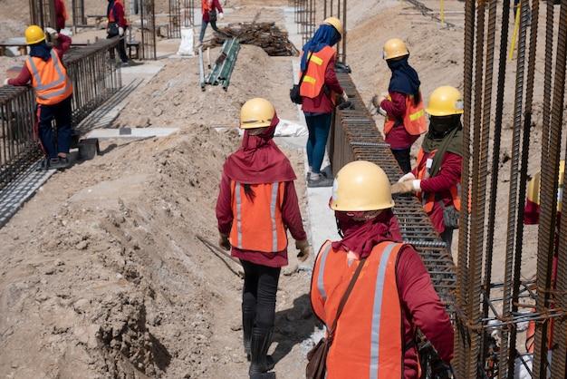 Trabalhador da construção civil no canteiro de obras Foto Premium