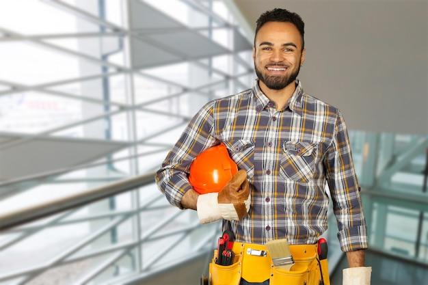 Trabalhador da construção civil no local de construção Foto Premium