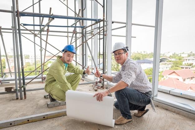 Trabalhador de controle superior do coordenador de construção no estaleiro. Foto Premium