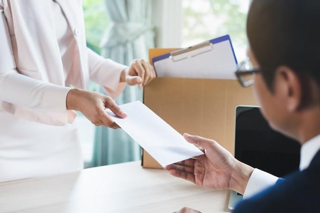 Trabalhador de escritório enviando carta de demissão ao gerente. Foto Premium