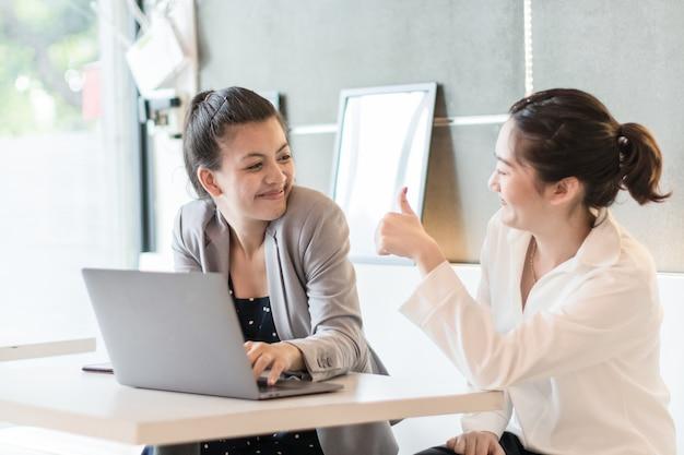 Trabalhador de escritório feliz empresária linda duas discutindo no escritório Foto Premium