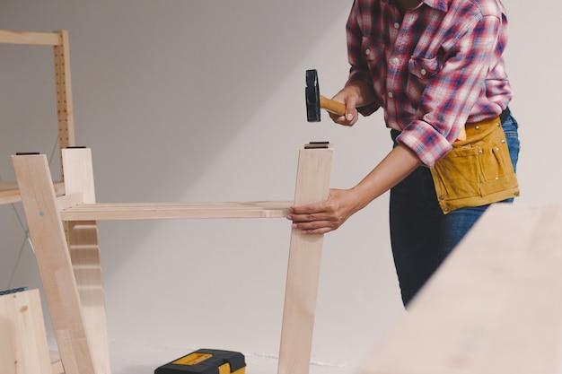 Trabalhador de mulher na oficina de carpinteiro. Foto Premium