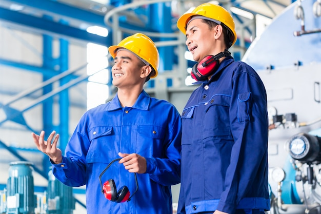 Trabalhador, em, asiático, planta industrial Foto Premium