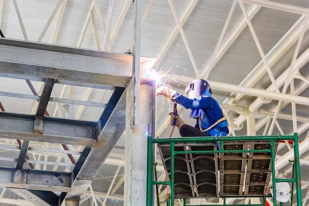 Trabalhador, em, óculos protetor, soldadura, para, reparar, construção aço, armações Foto Premium