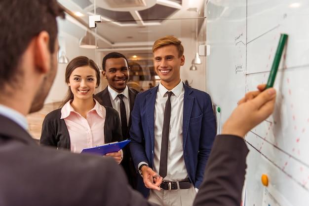 Trabalhador explica novo plano de ação para seus colegas. Foto Premium