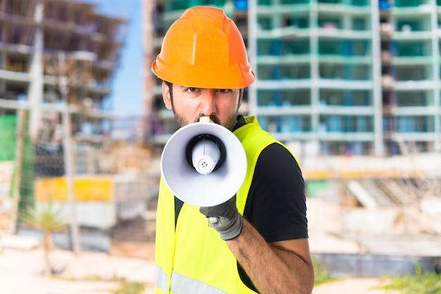 Trabalhador gritando sobre fundo branco isolado Foto gratuita