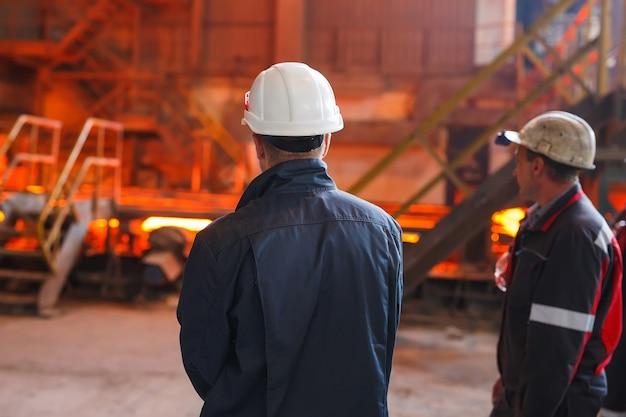 Trabalhador industrial na fábrica de solda closeup Foto Premium