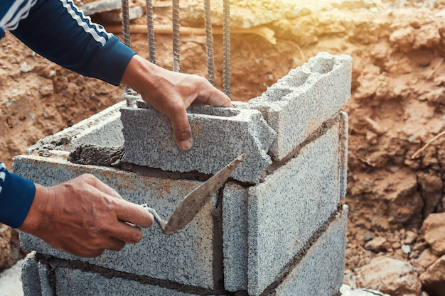 Trabalhador, instalar, tijolos, em, local construção Foto Premium