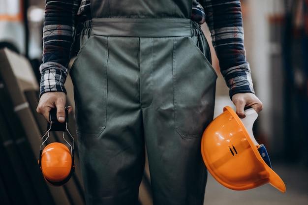 Trabalhador manual masculino novo com fones de ouvido de segurança Foto gratuita