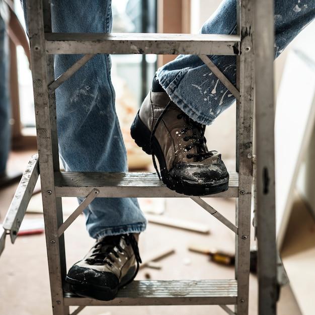 Trabalhador manual trabalhando renovando ferramentas de construção Foto gratuita