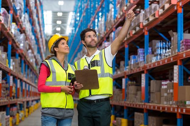 Trabalhador masculino e feminino, verificação de inventário Foto Premium