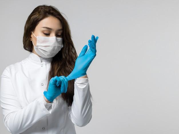 Trabalhador médico usando luvas azuis Foto gratuita