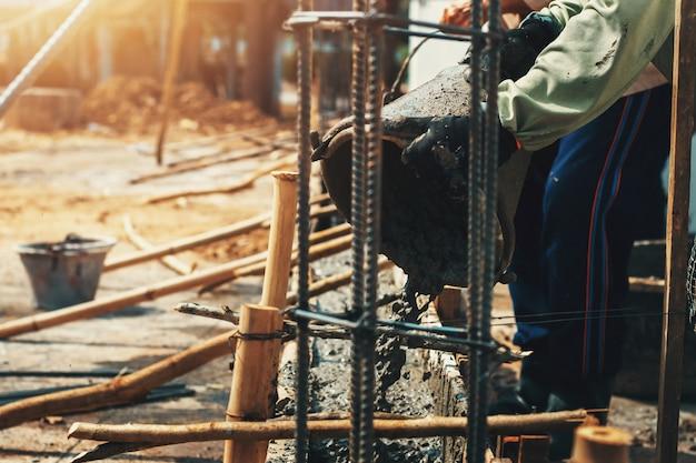 Trabalhador, misturar, despeje, cimento construção, ligado, chão, para, predios, casa Foto Premium