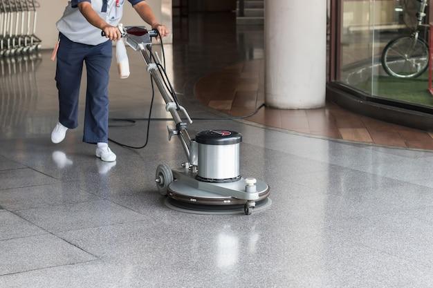 Trabalhador mulher, limpeza, a, chão, com, polimento, máquina Foto Premium