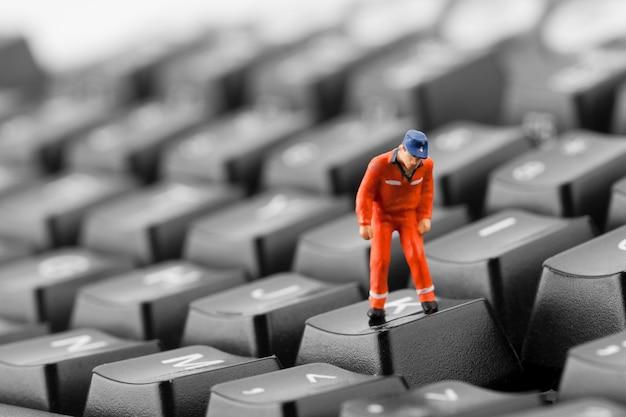 Trabalhador olhando para o poço no teclado Foto Premium