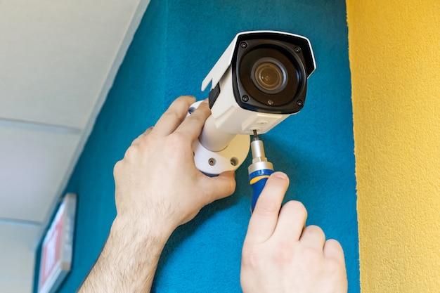 Trabalhador técnico instalar câmera de cftv de vídeo Foto Premium