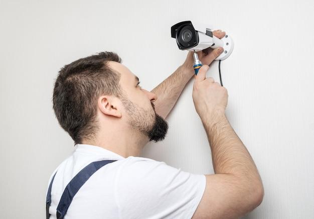Trabalhador técnico instalar câmera de vigilância por vídeo Foto Premium
