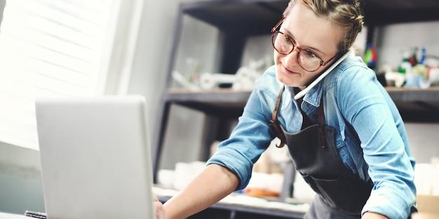 Trabalhador, tendo ordem no telefone Foto Premium