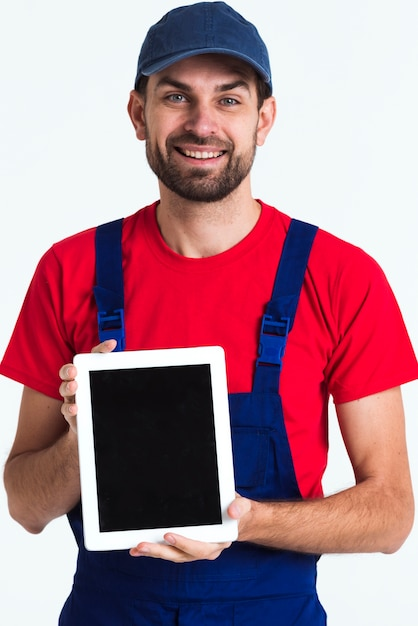Trabalhador trabalhador correio homem segurando um tablet digital Foto gratuita