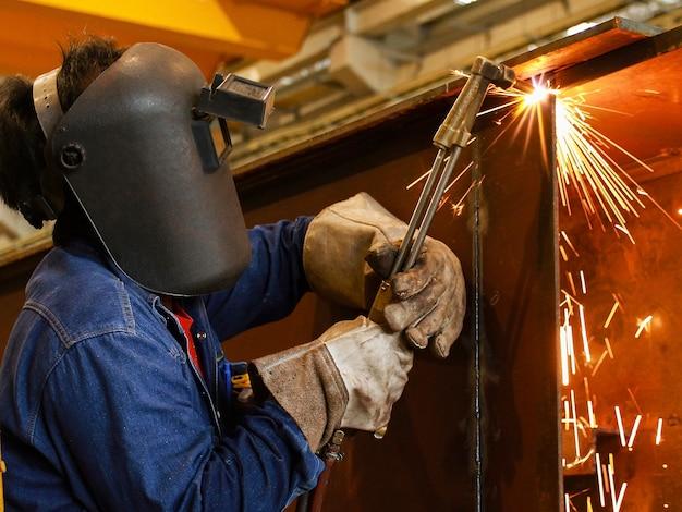 Trabalhador, usando, cortador tocha, cortar, metal Foto Premium