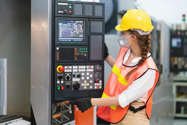 Trabalhadora com colete de segurança e capacete amarelo no trabalho Foto Premium