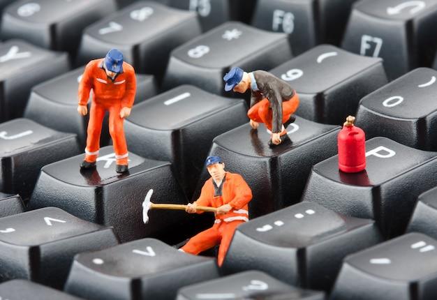 Trabalhadores consertando teclado Foto Premium