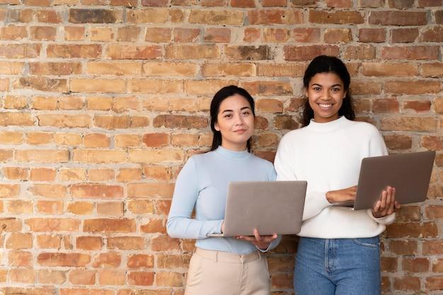 Trabalhadores corporativos fazendo brainstorming juntos Foto Premium