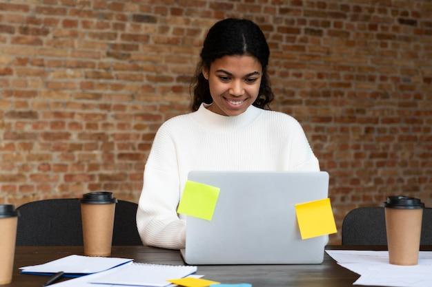 Trabalhadores corporativos fazendo brainstorming juntos Foto gratuita