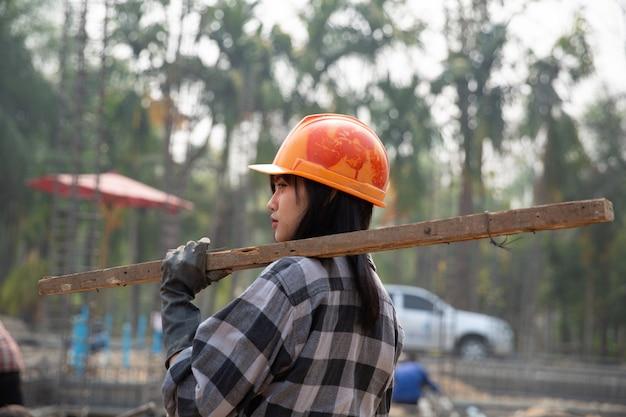 Trabalhadores da construção civil constroem novas casas Foto gratuita