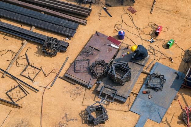Trabalhadores da construção civil estão soldando aço a partir da vista superior. Foto Premium