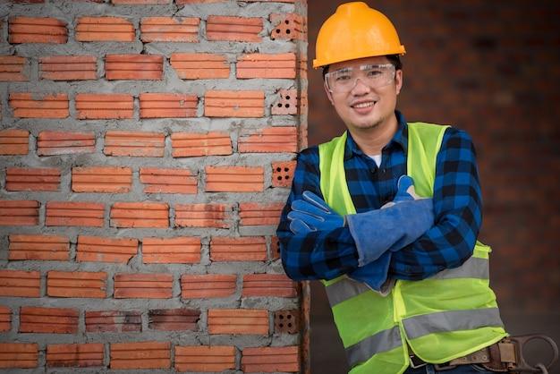 Trabalhadores da construção masculinos asiáticos no canteiro de obras ou retrato dos trabalhadores da construção no local do trabalho. Foto Premium
