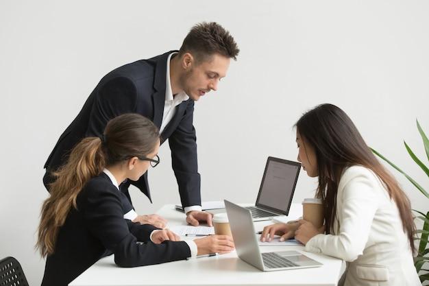 Trabalhadores da empresa refletindo sobre a reunião do conselho Foto gratuita