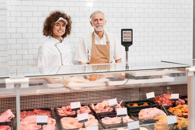 Trabalhadores da loja posando atrás do balcão. Foto gratuita
