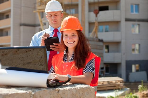 Trabalhadores de colarinho branco trabalham no local de construção Foto gratuita