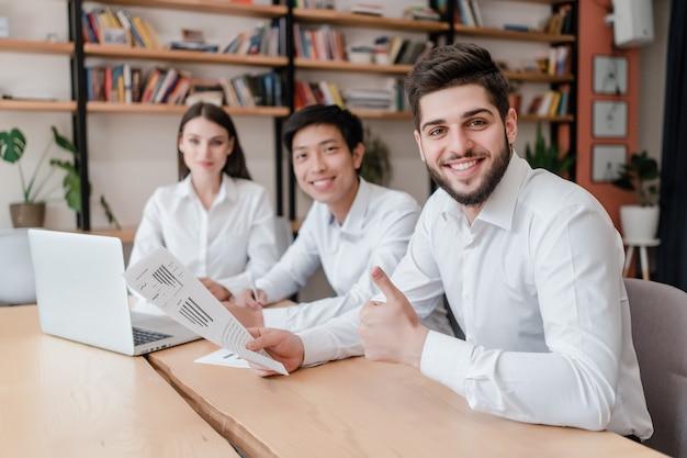 Trabalhadores de escritório feliz no local de trabalho fazendo trabalho juntos Foto Premium