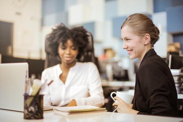 Trabalhadores de escritório feminino Foto Premium