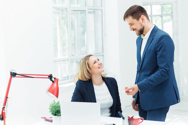 Trabalhadores de escritório masculino e feminino. Foto gratuita