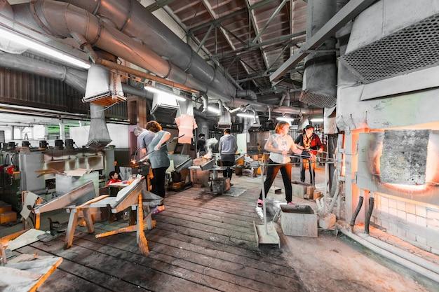 Trabalhadores de fábrica de vidro na produção de fundo de vidro trabalhando com equipamentos de fabricação Foto Premium
