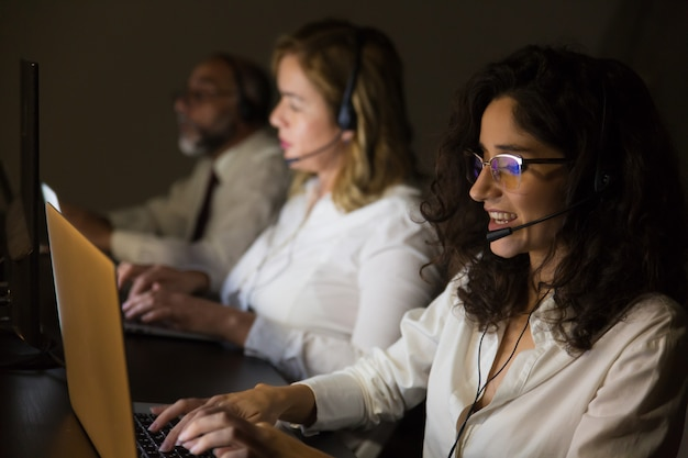 Trabalhadores de serviço ao cliente no escritório escuro Foto gratuita