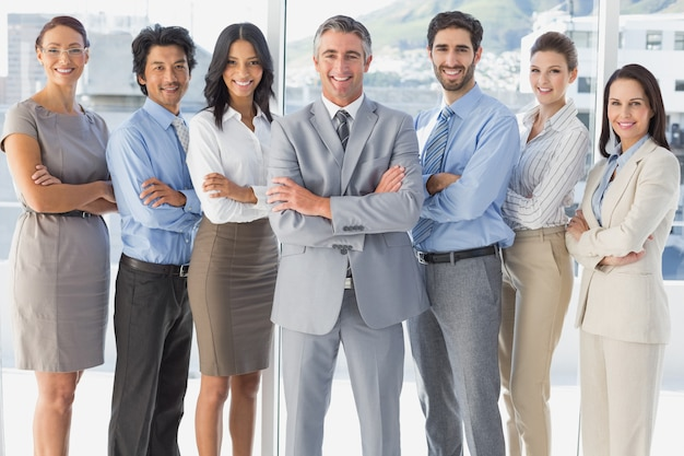 Trabalhadores felizes em pé todos juntos | Foto Premium