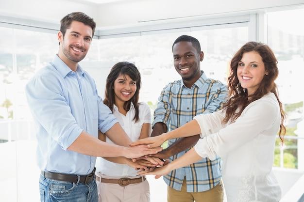 Trabalhadores felizes juntando as mãos em um círculo | Foto Premium