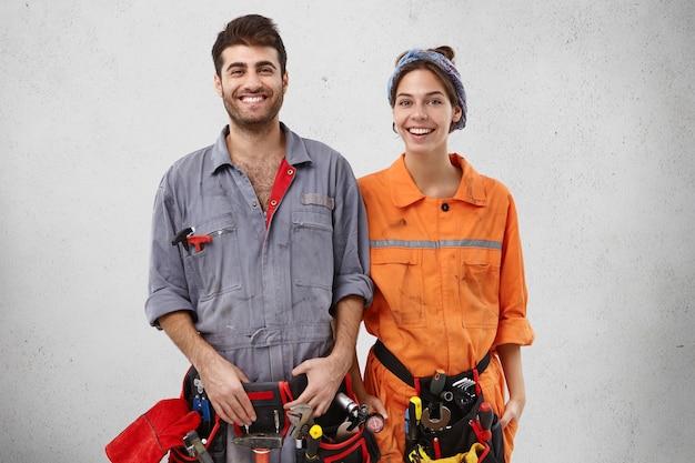 Trabalhadores masculinos e femininos vestindo roupas de trabalho Foto gratuita