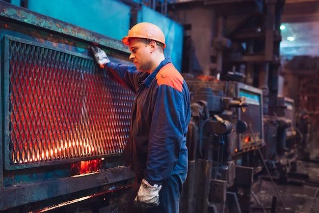 Trabalhadores na fábrica de aço. Foto Premium