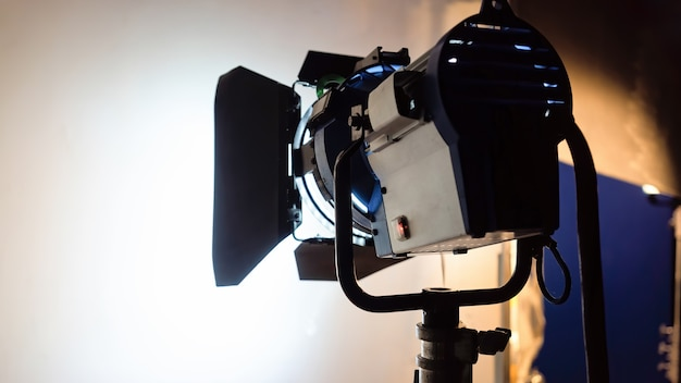 Trabalhando a visão do sistema de iluminação led de trás em branco em um set de filmagem Foto gratuita