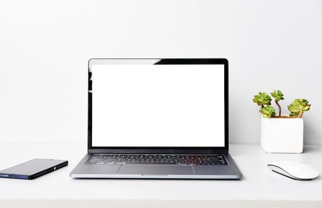 Trabalhando com computador portátil na mesa no quarto branco Foto Premium
