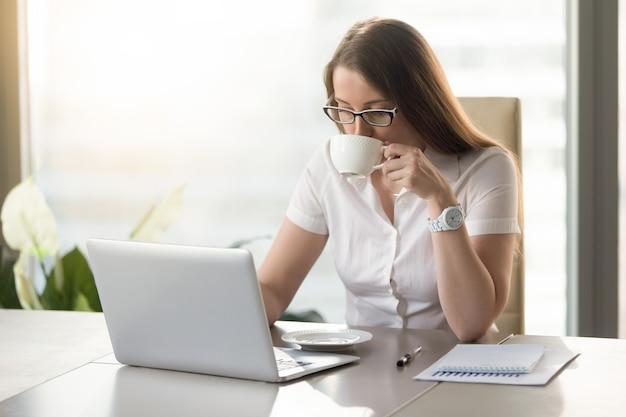 Trabalhando, computador, executiva, café bebendo Foto gratuita