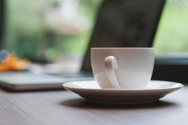 Trabalhando fora no restaurante do café do café com alimento e laptop na tabela. Foto Premium