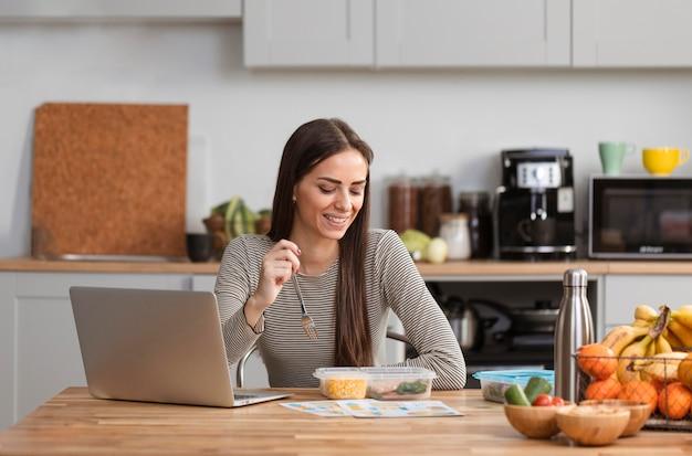 Trabalhando na cozinha e comendo Foto gratuita